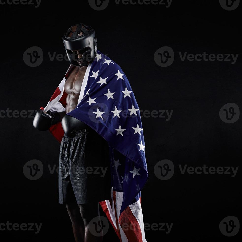 afrikanischer Boxer mit der Flagge um seinen Körper drapiert foto