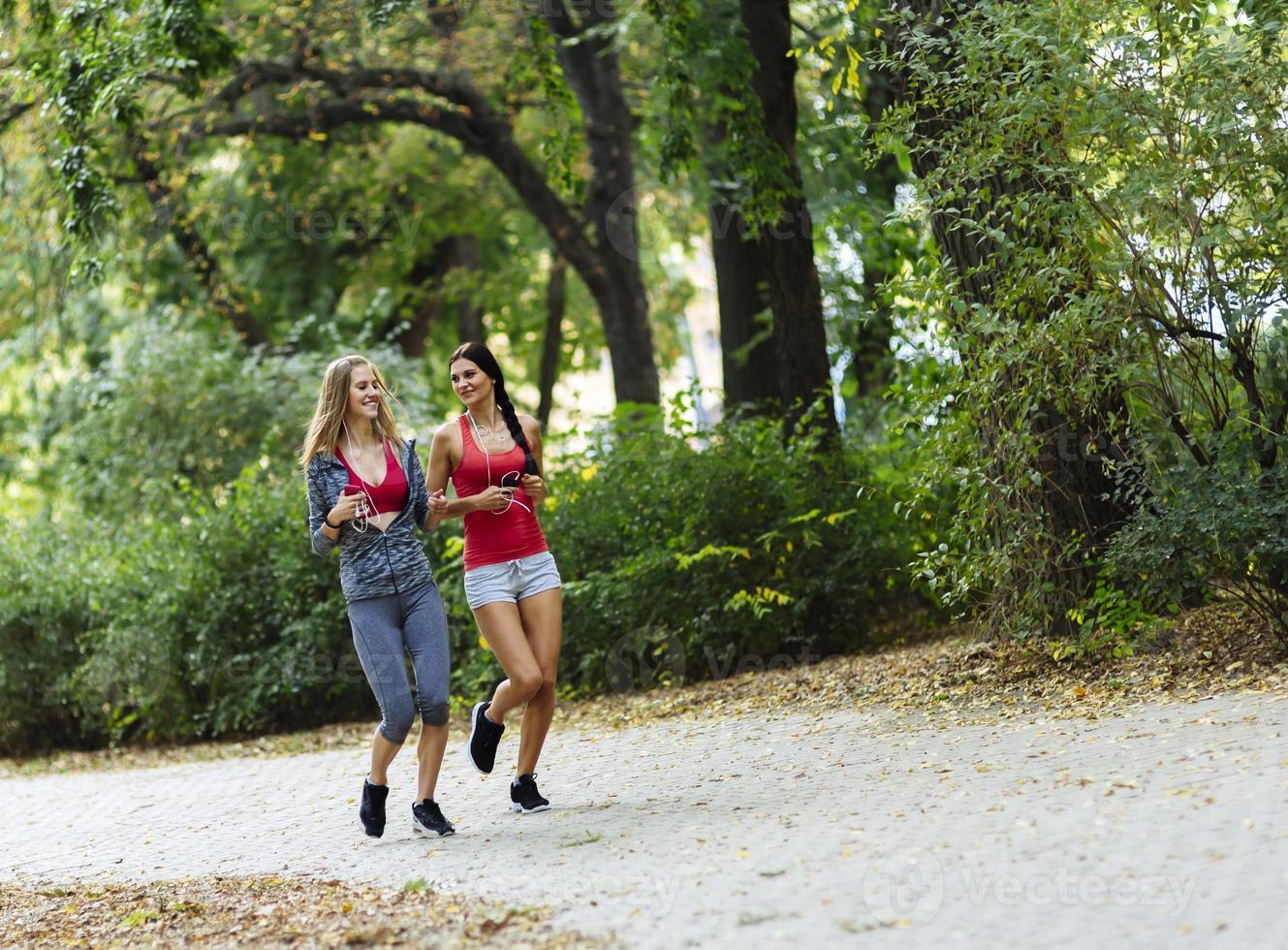 sportliche Frauen, die in der Natur joggen foto