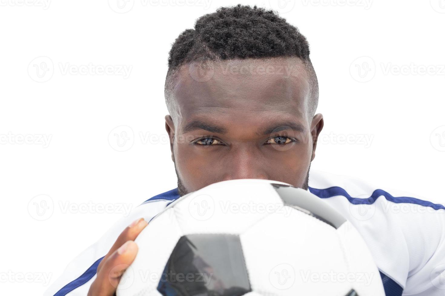 Nahaufnahmeporträt eines ernsthaften Fußballspielers foto