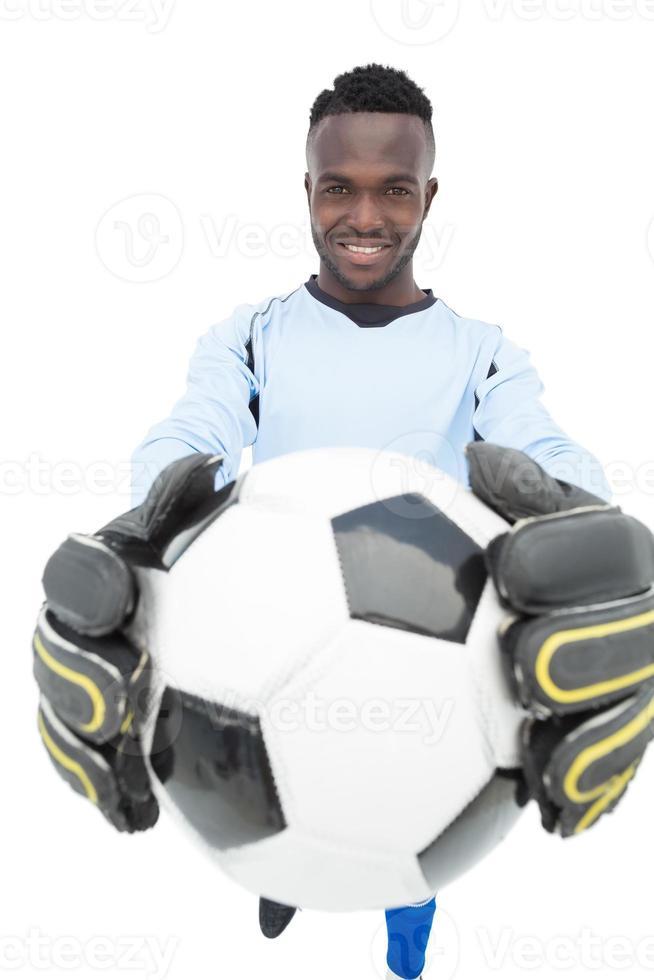 Porträt eines lächelnden hübschen Fußballspielers foto