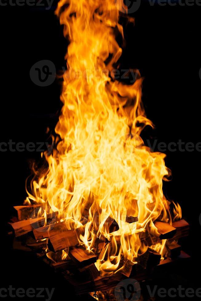 brennendes Brennholz foto