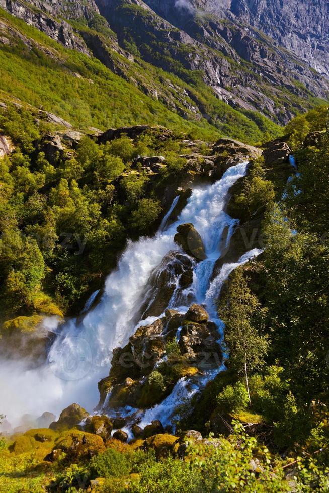 Wasserfall in der Nähe von Briksdal Gletscher - Norwegen foto