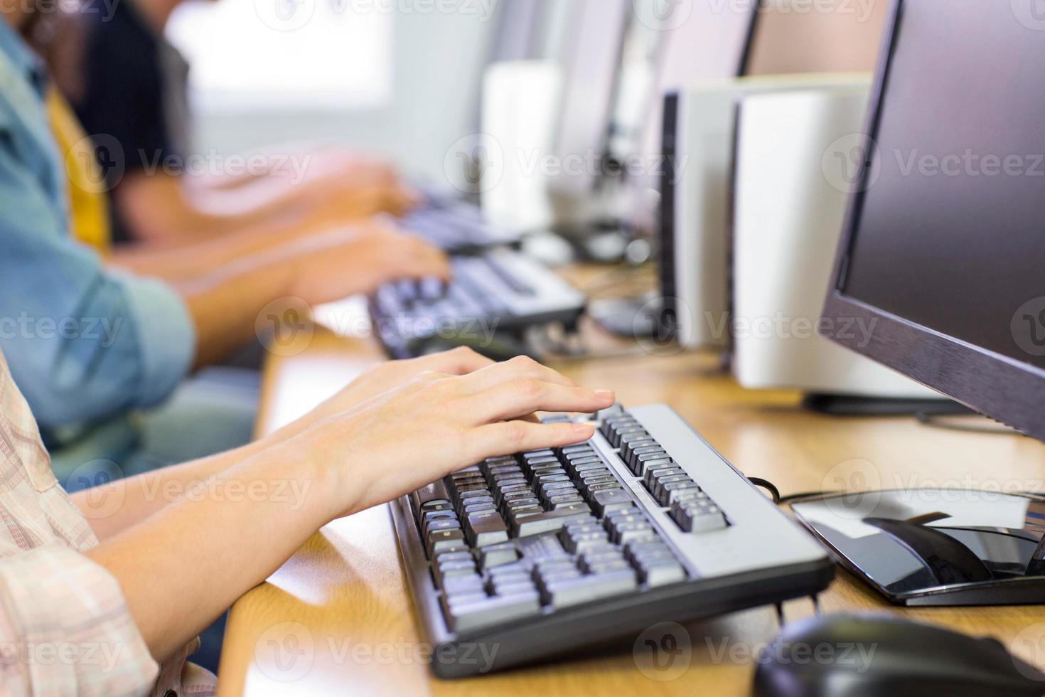 Studenten in der Computerklasse foto
