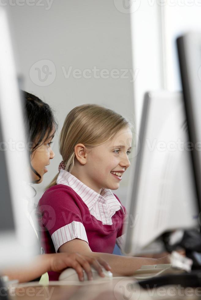 zwei Mädchen arbeiten an einem Computer foto