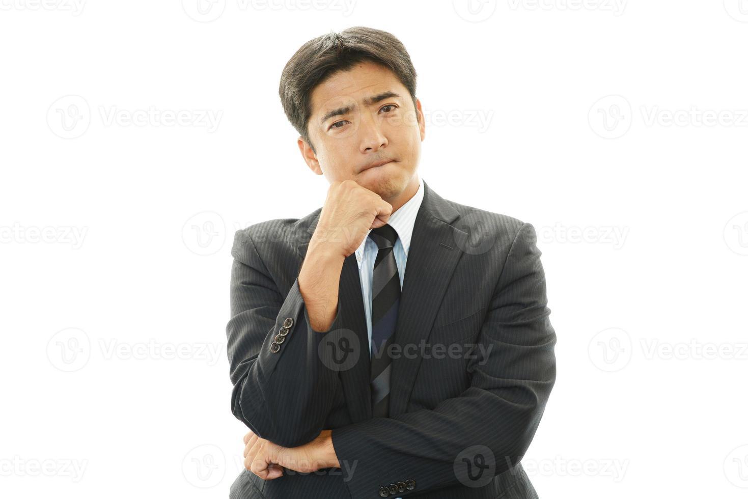 unzufriedener asiatischer Geschäftsmann foto