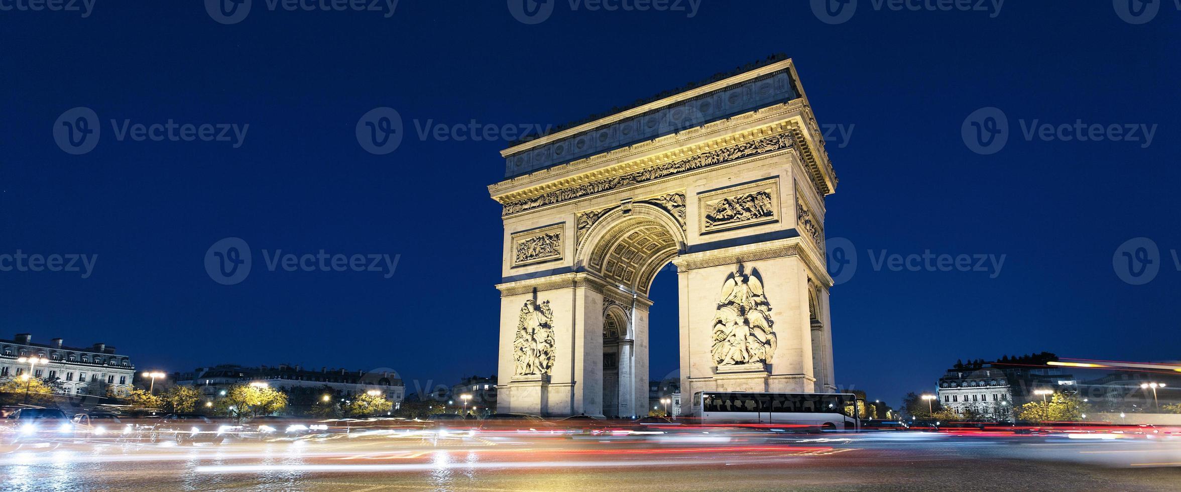 Arc de Triomphe und Autolichter foto