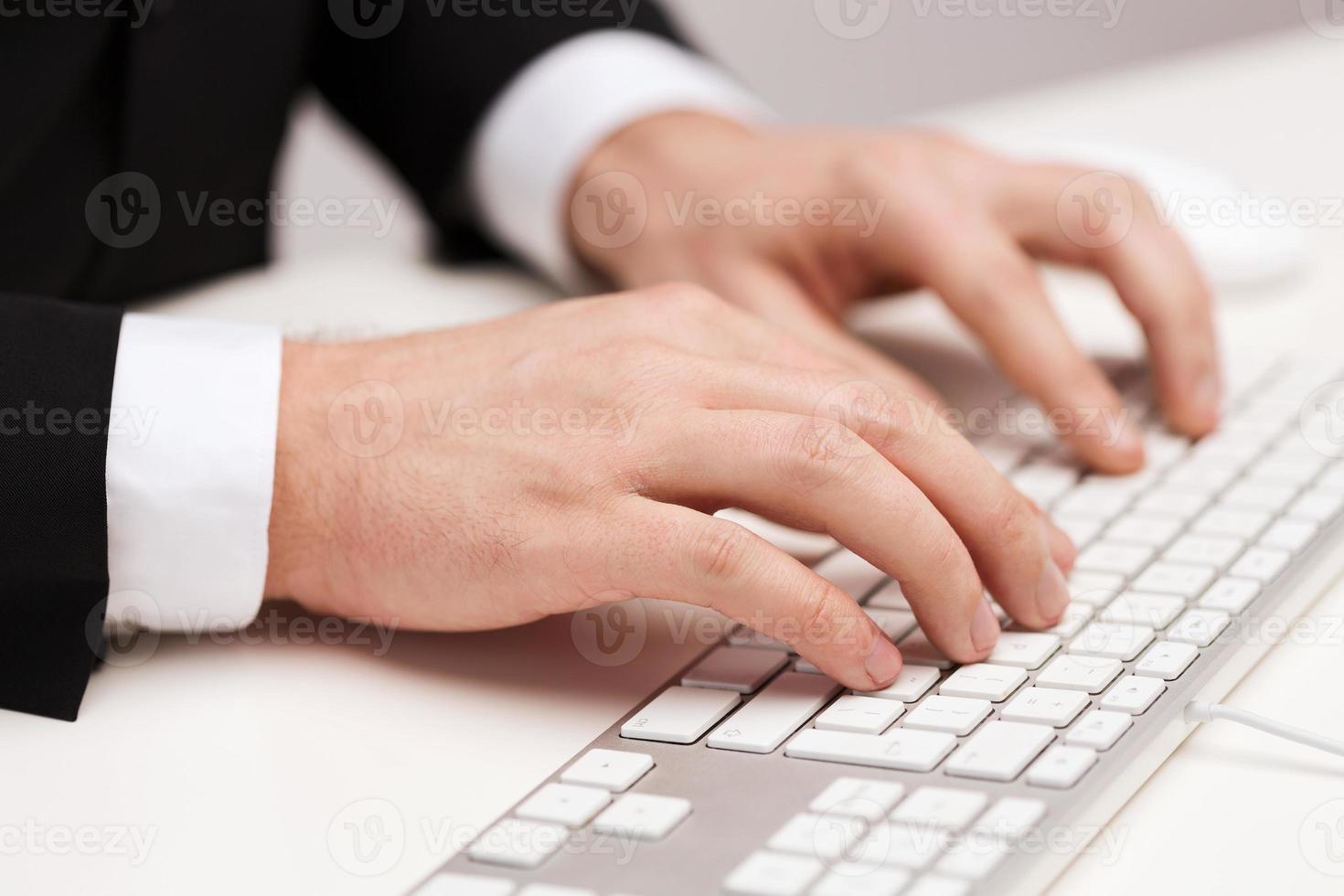 Geschäftsmann, der mit Tastatur arbeitet foto