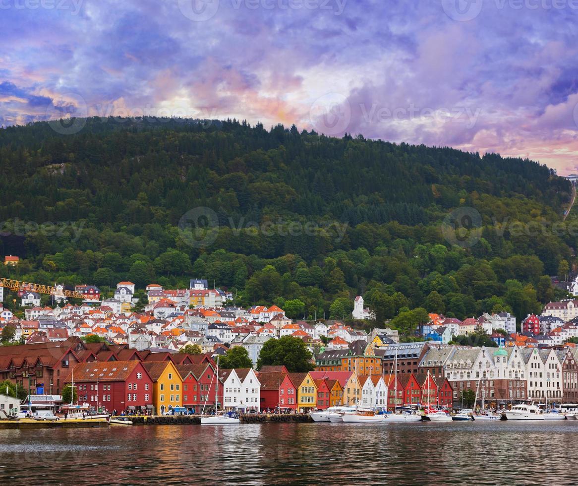 berühmte bryggen straße in bergen - norwegen foto