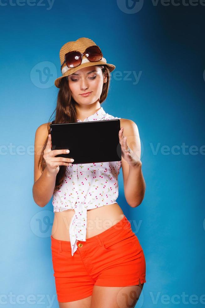 Mädchen mit Tablet-Computer E-Book-Reader. foto