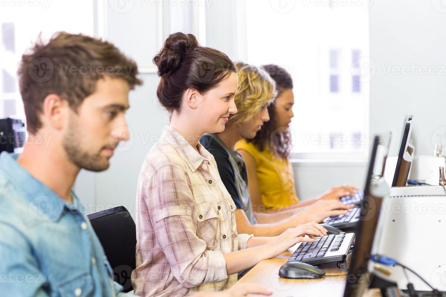 Seitenansicht der Schüler im Computerunterricht foto