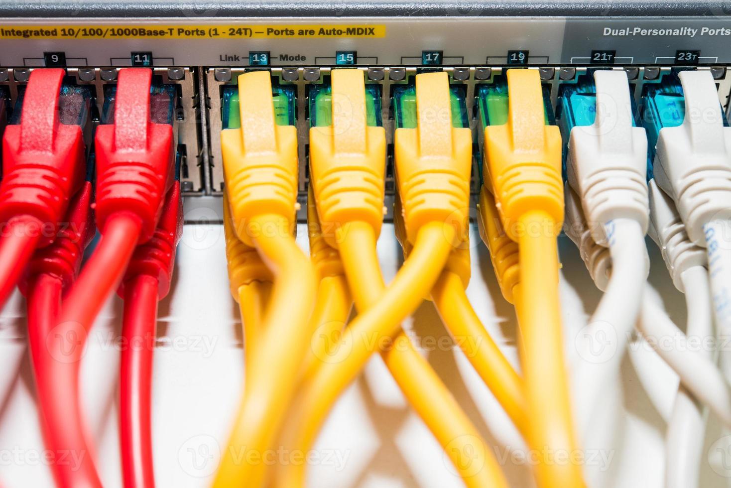 Router mit angeschlossenen Patchkabeln foto