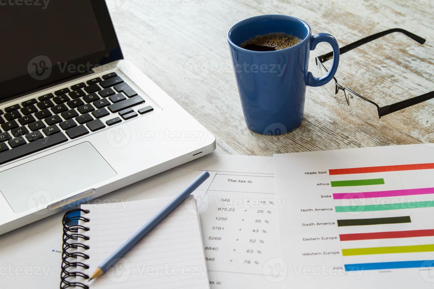 Zahlen und Steuern analysieren foto