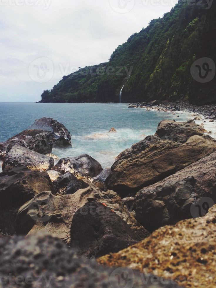 Waipio Valley Wasserfall rockt Ozean Naturlandschaft foto