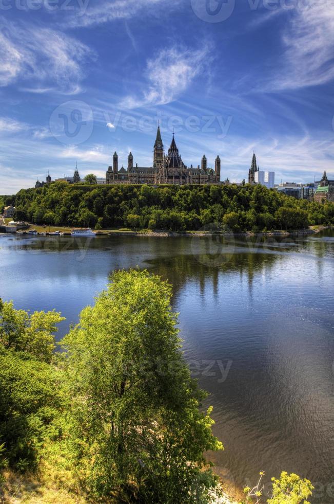 vertikale Ansicht des kanadischen Parlaments durch den Ottawa-Fluss foto