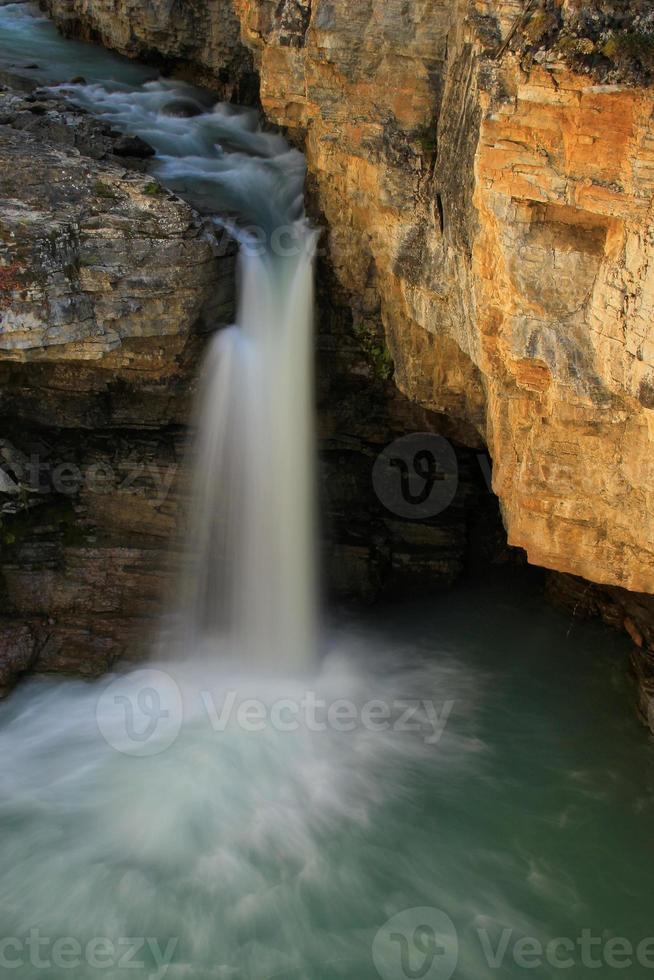Wasserfall in Beauty Creek Canyon, Jaspis Nationalpark in Alberta foto