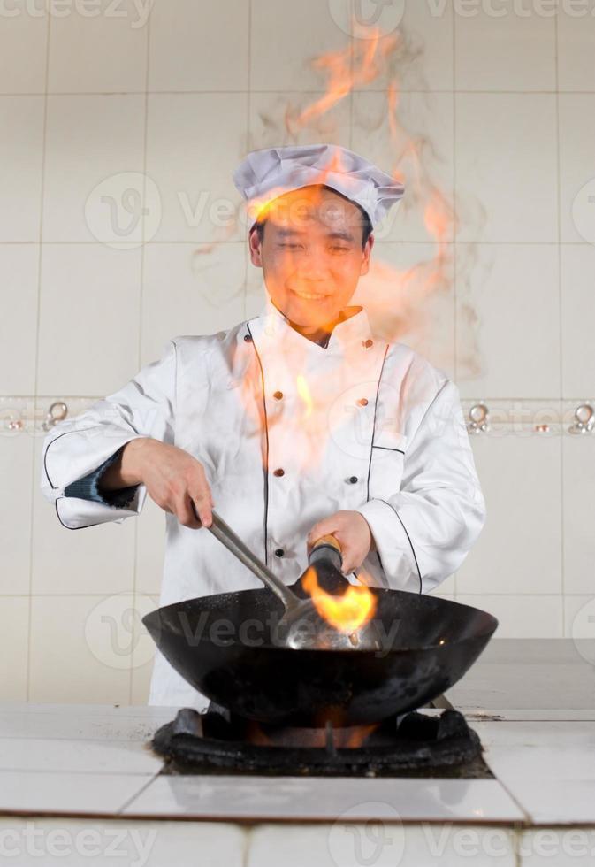 asiatischer Koch bei der Arbeit foto