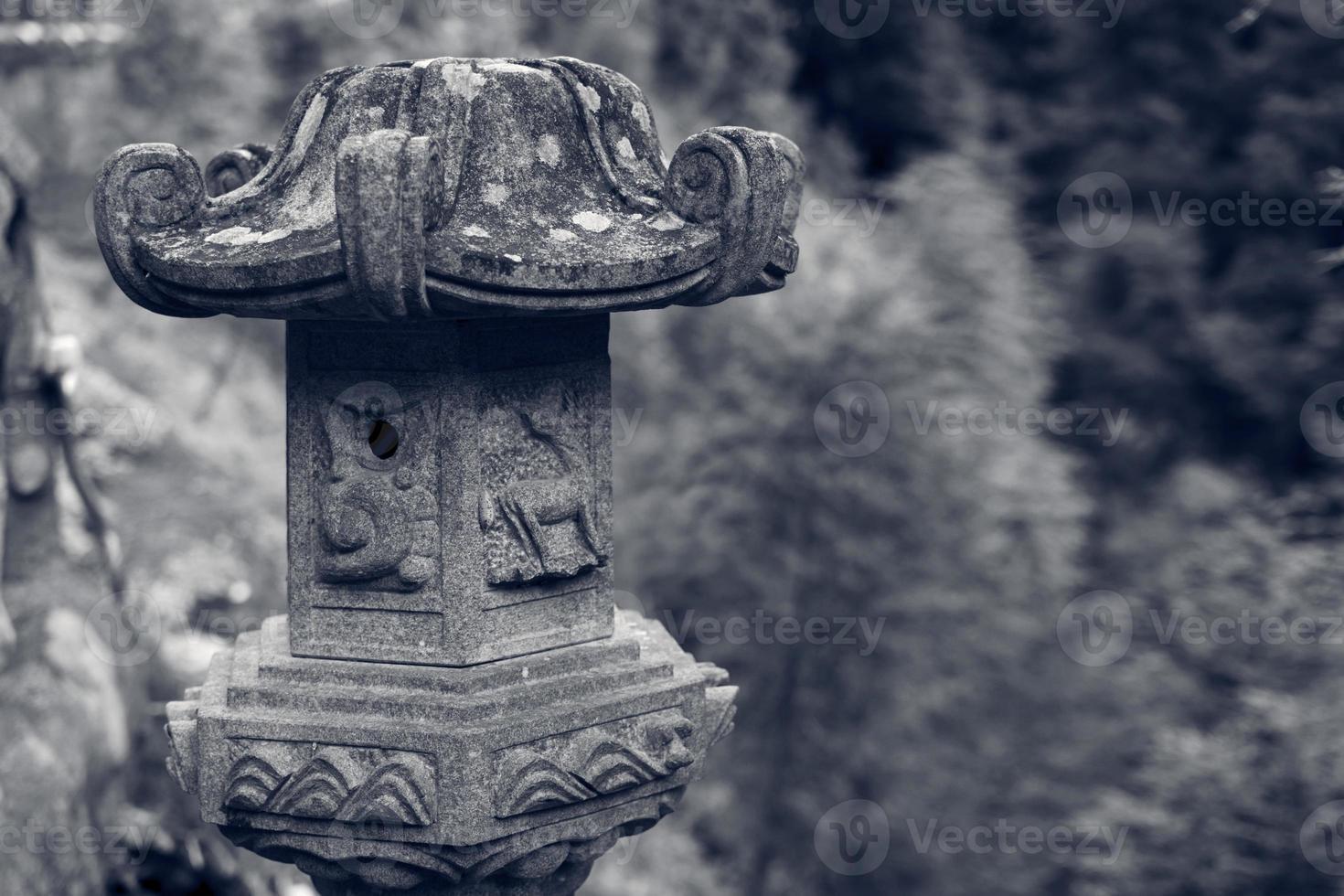 traditionelle asiatische Steinlaterne foto