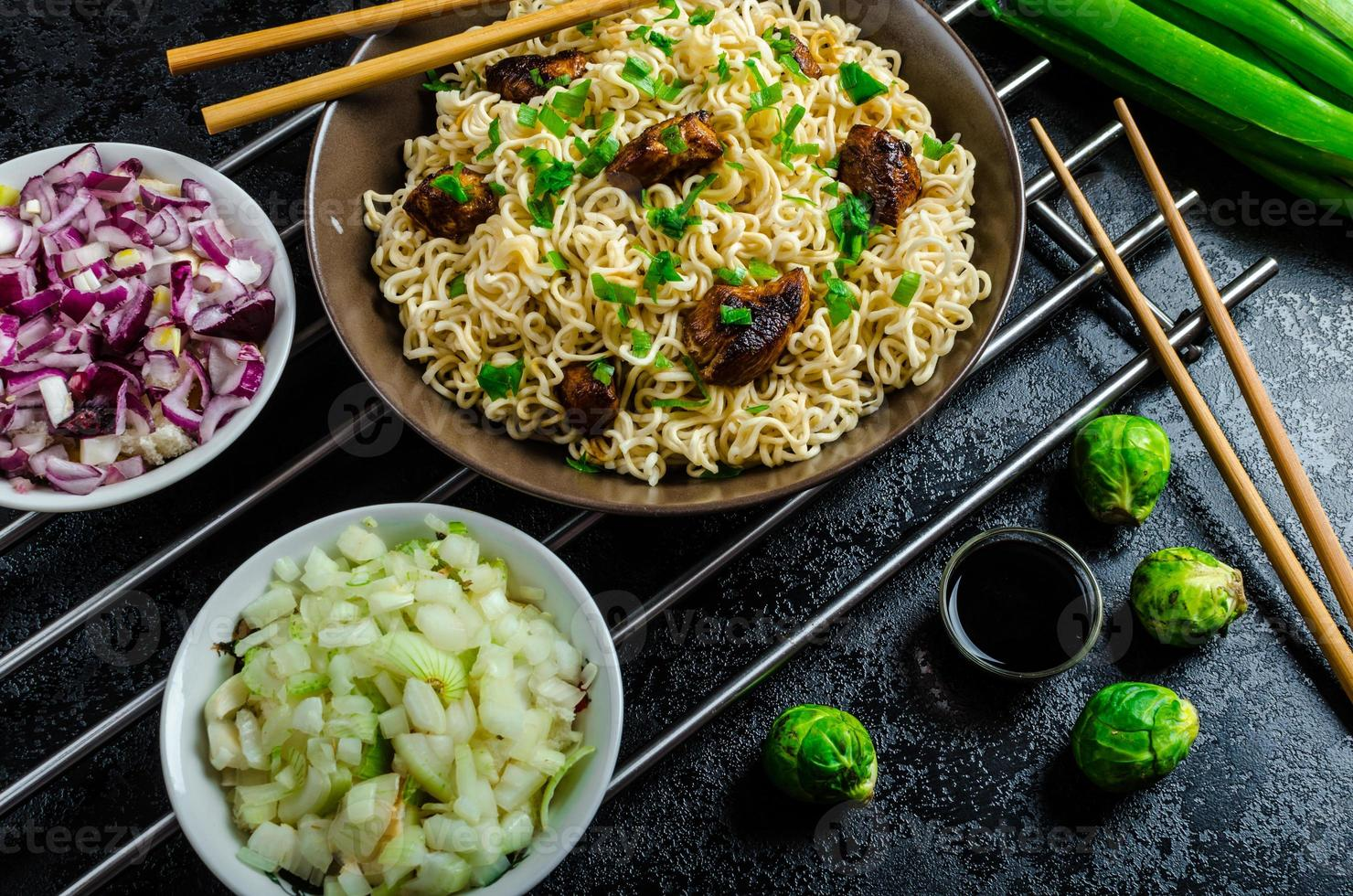 asiatischer Hühnernudelsalat foto