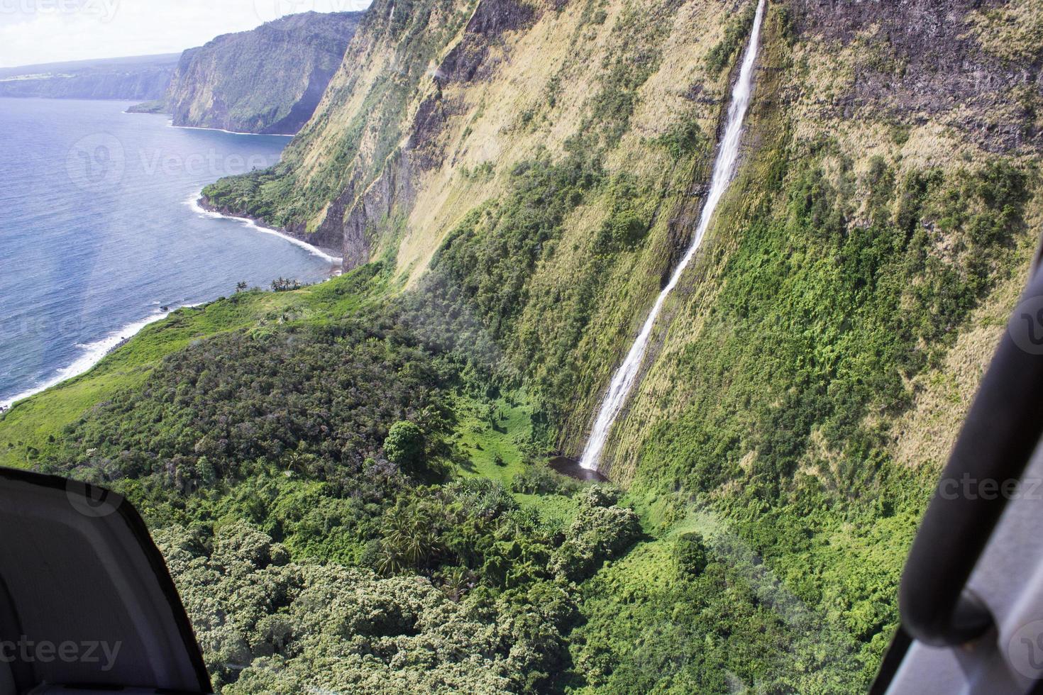 Küstenklippen und Wasserfälle in Hawaii foto