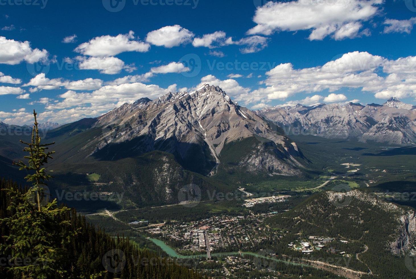 Blick auf Banff vom Schwefelberg foto