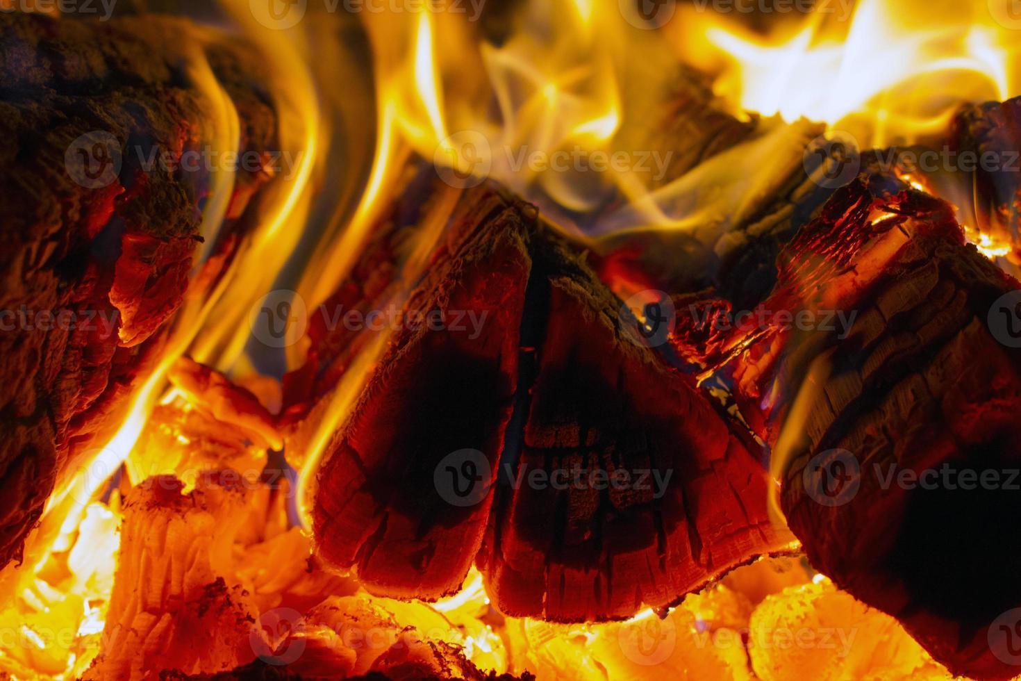 Brennholzflamme im Ofen foto