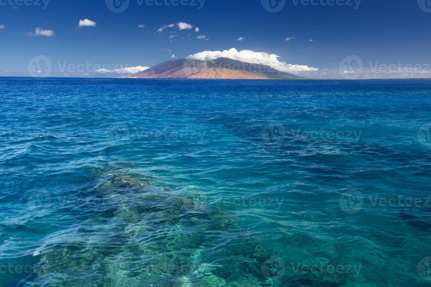 Riff in klarem Wasser mit West Maui Bergen, Hawaii, USA foto