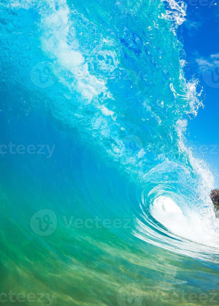 Nahaufnahmefoto einer brechenden Welle foto