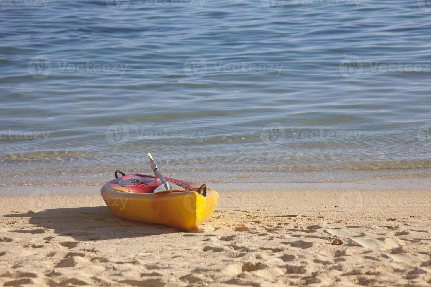 Seekajak am Strand bei Sonnenuntergang foto