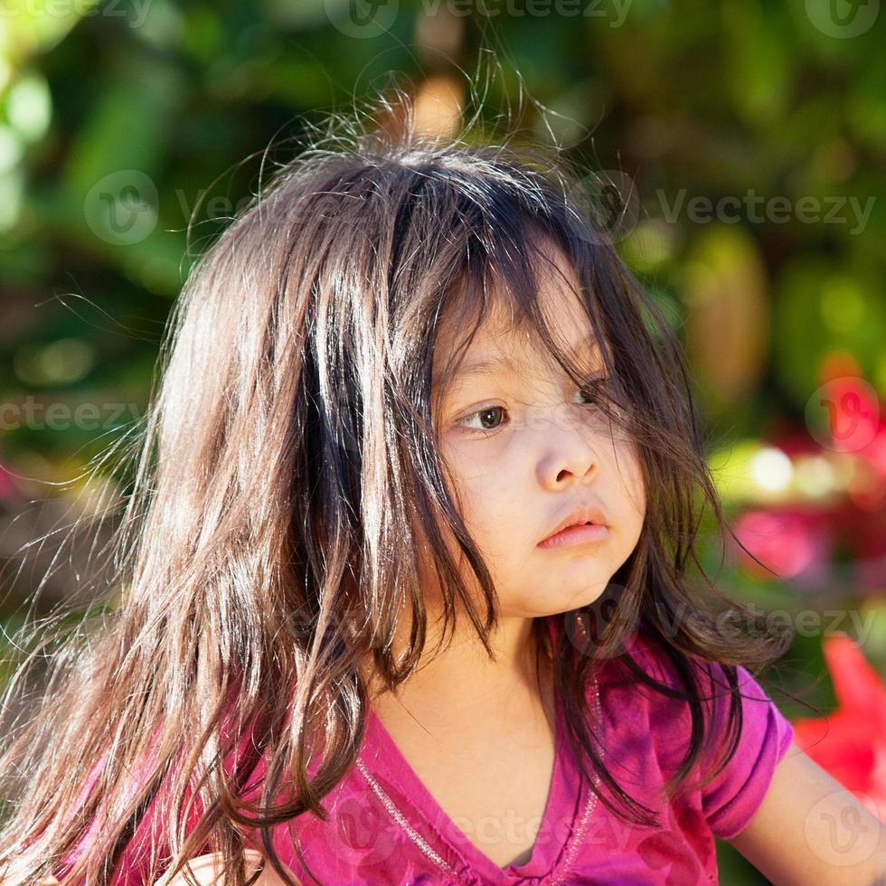 hübsche 3 jährige schaut weg foto