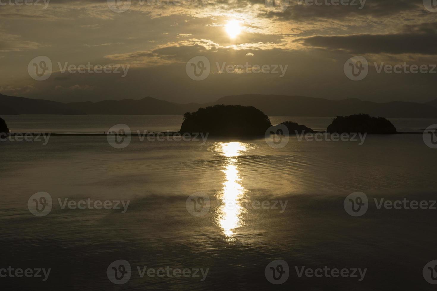 Engelsstraße und aufgehende Sonne in Shodo-Insel, Japan foto