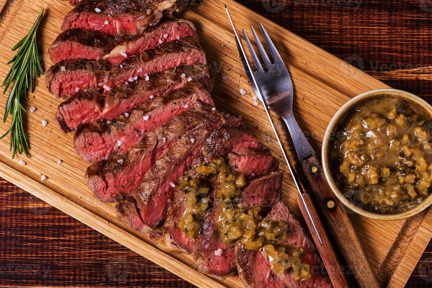 Ribeye Steak und Senfsauce mit Gurken. foto