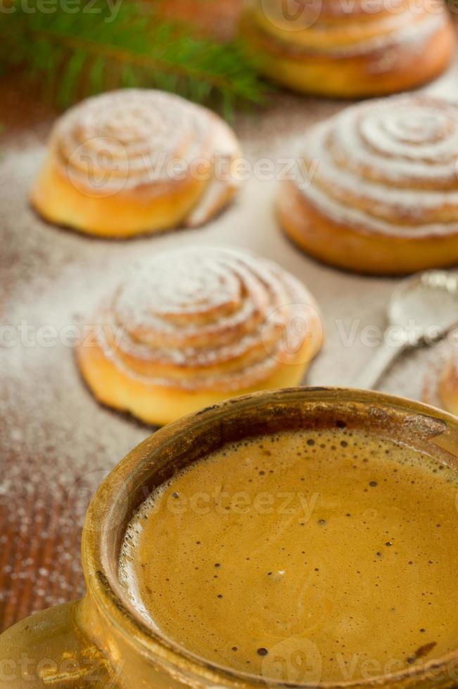 Tasse Kaffee und Zimtschnecken foto