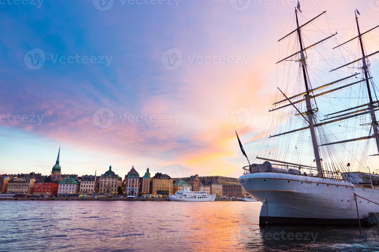 traditionelles seilboot in gamla stan, stockholm, schweden, europa. foto