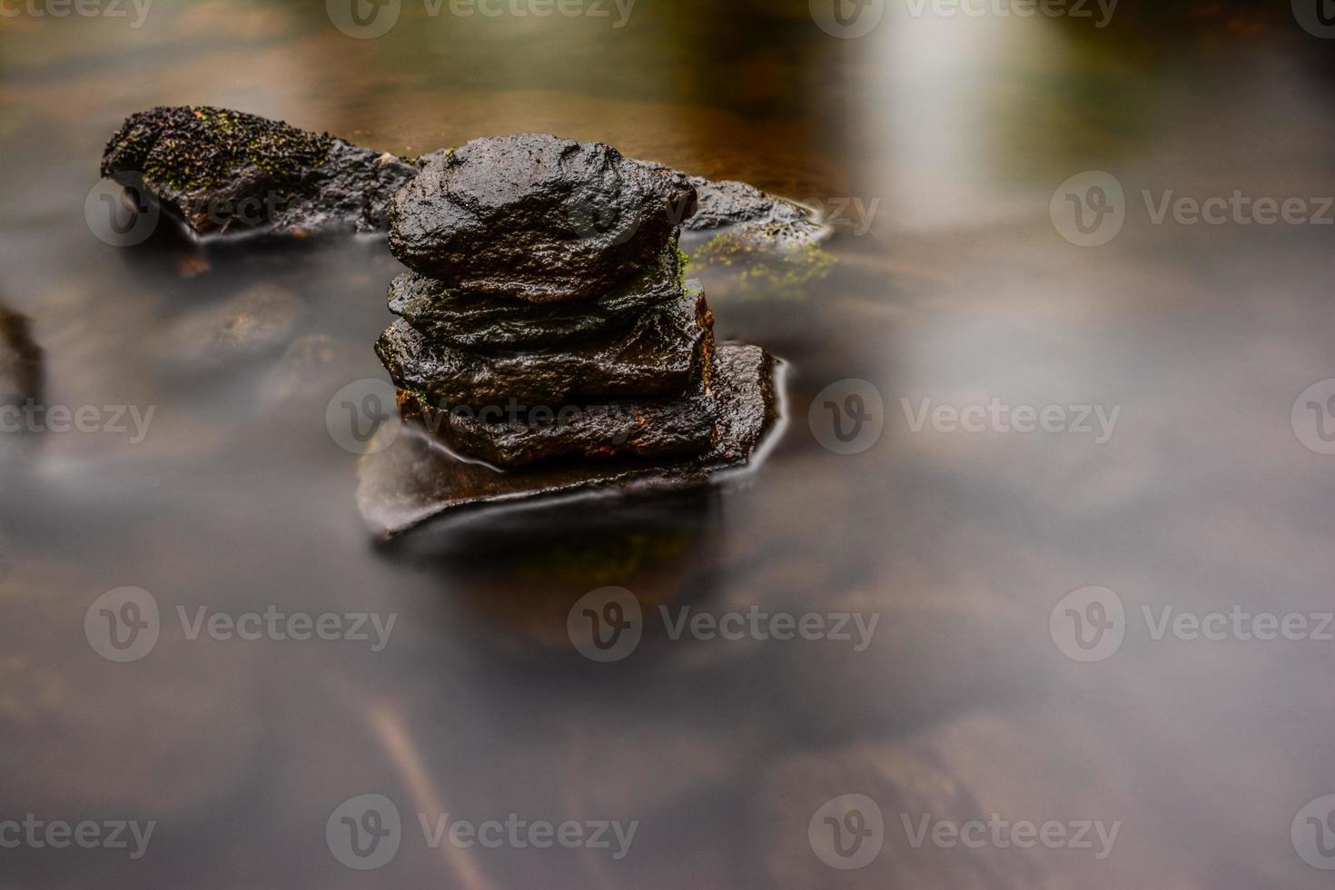 seidiges Wasser und Stein foto