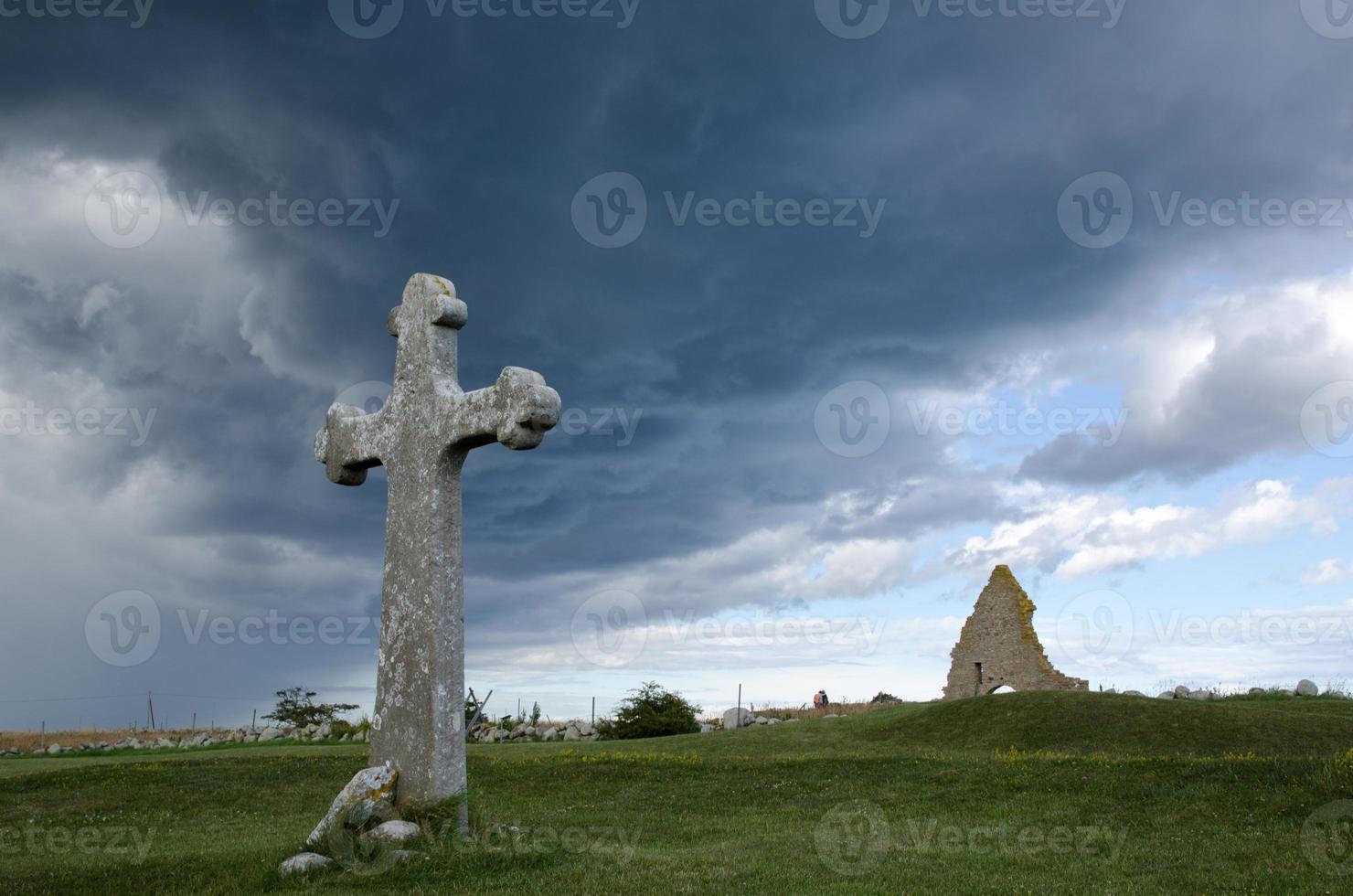 historisches Kreuz und Kapellenruine foto