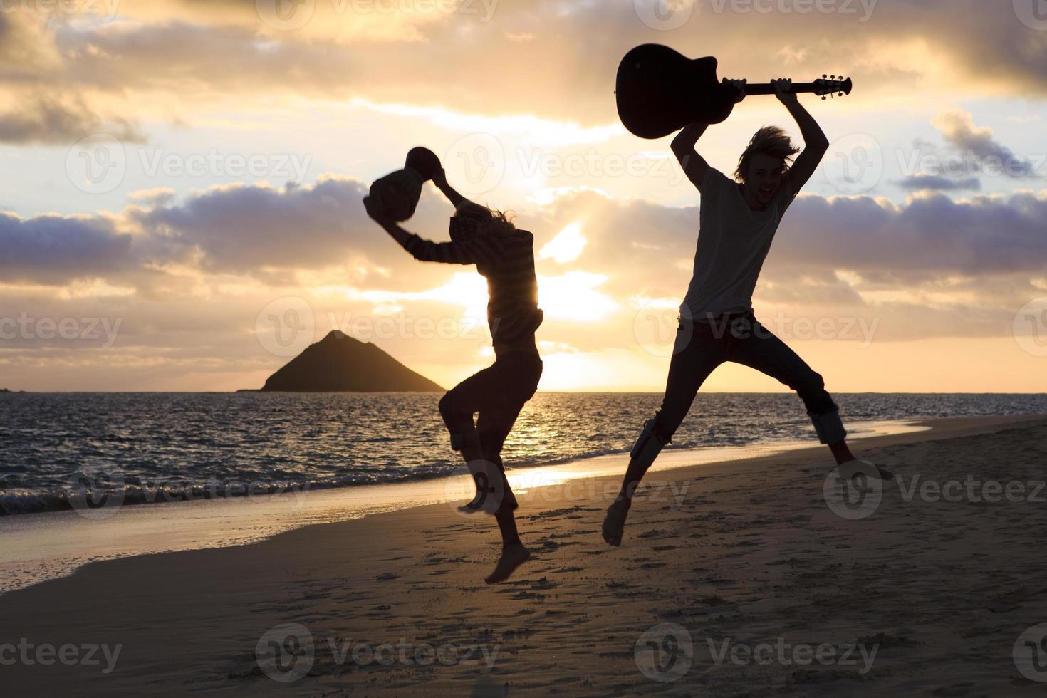 Silhouette der Zwillingsbrüder mit Trommel und Gitarre foto