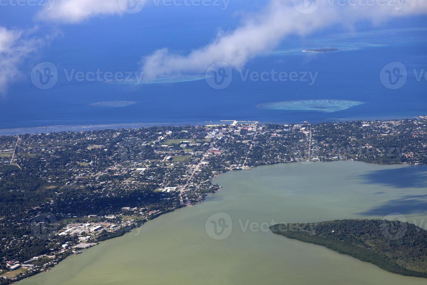 Luftaufnahme von Nuku'alofa mit Ozean in der Ferne foto