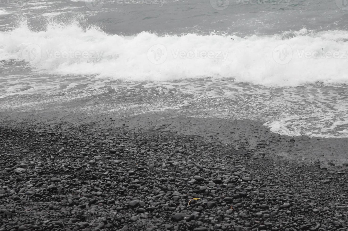 schwarzer Sandstrand am waianapanapa State Park in Maui, Hawaii foto