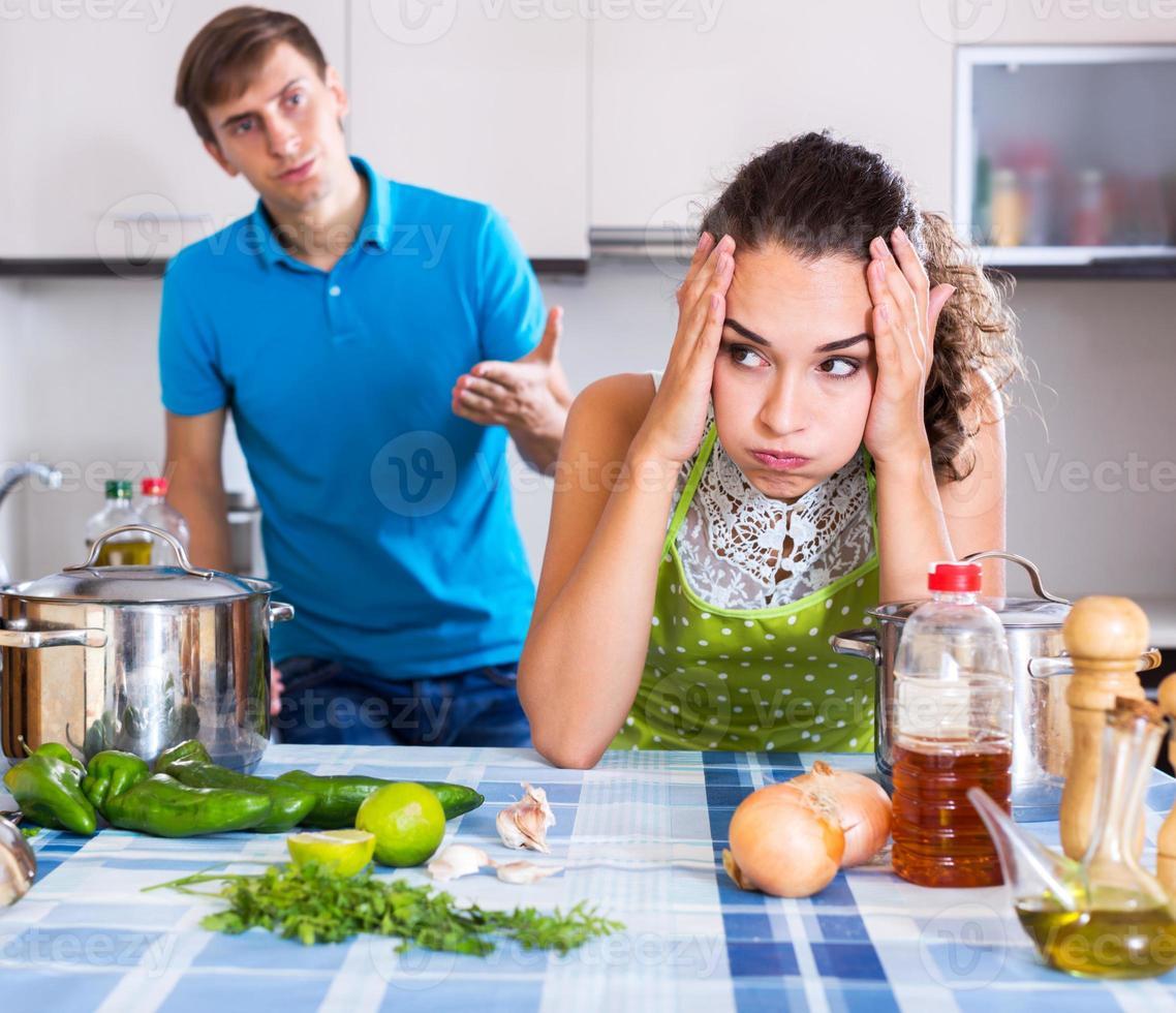 Familienpaar mit ernsten Gesichtern foto
