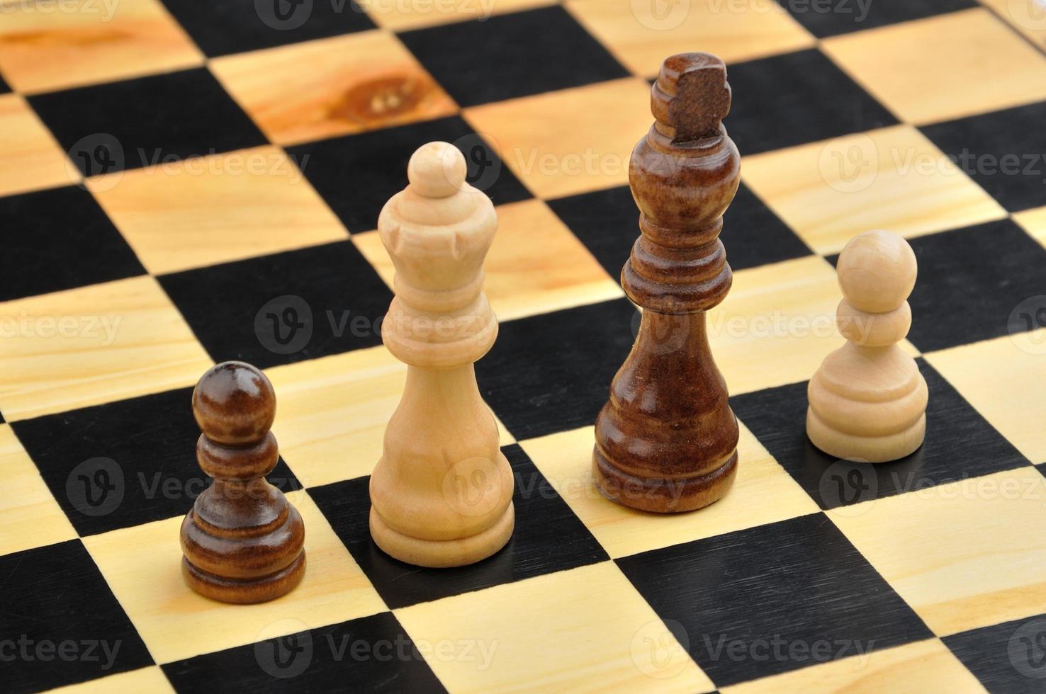 Schachfiguren als interraciale Familie foto