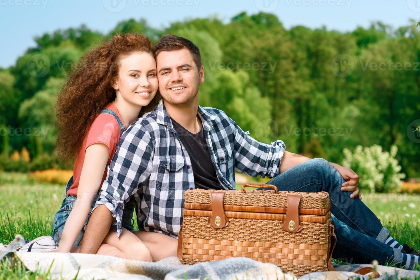 glückliche Familie auf einem Picknick foto