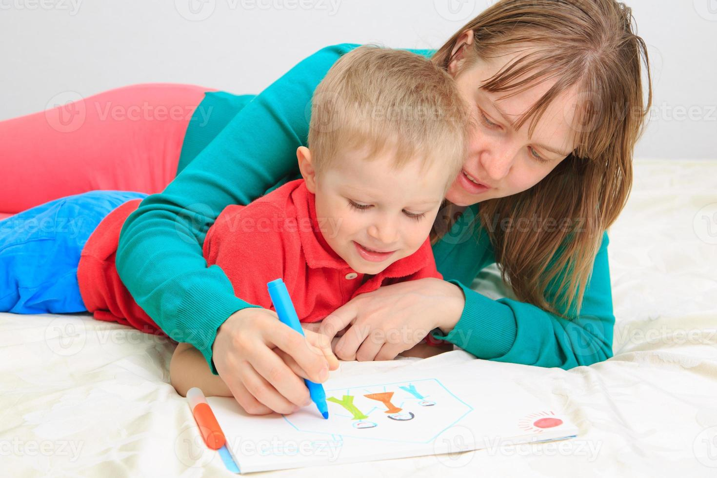 Mutter und Sohn zeichnen Familie foto