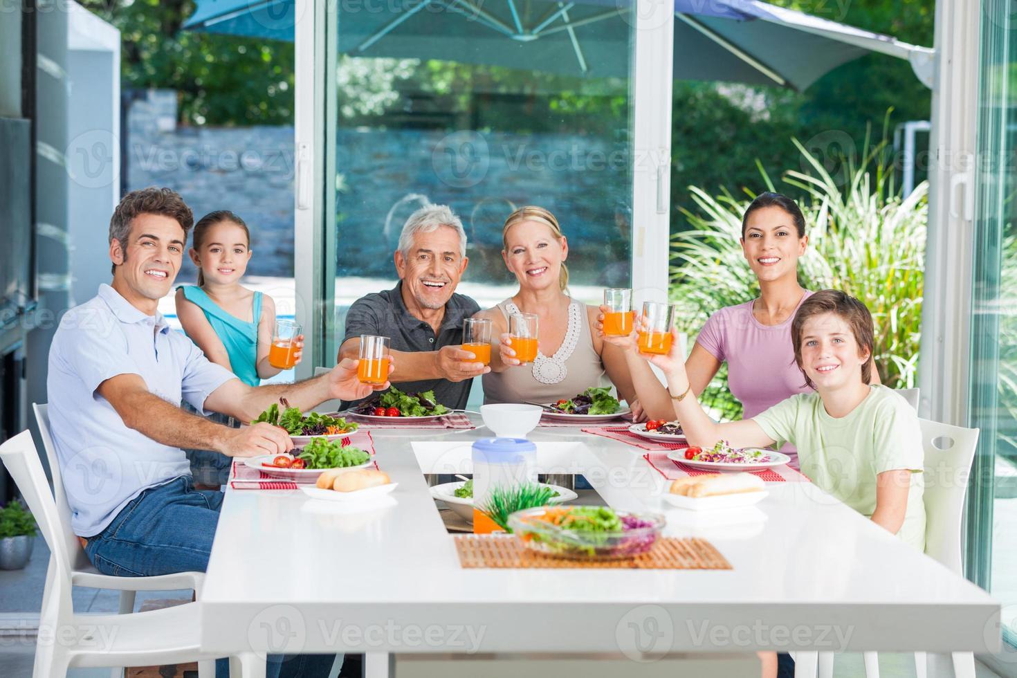 Familie mit mehreren Generationen, die im Freien isst foto