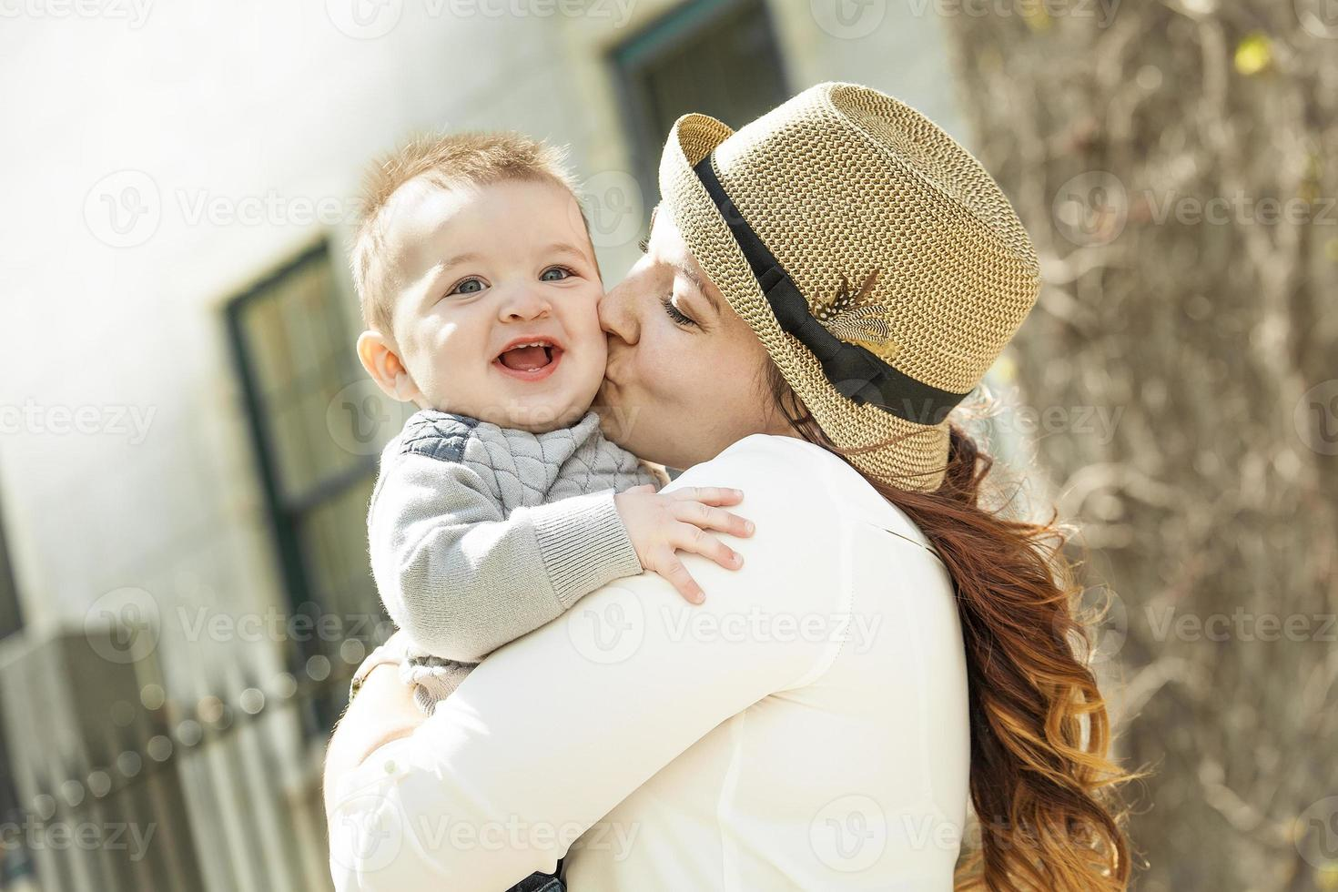junge Mutter mit ihrem kleinen Jungen foto