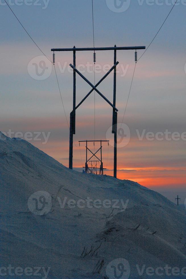 Hochspannungsleitung in den Hügeln des Chukotka-Winters. foto