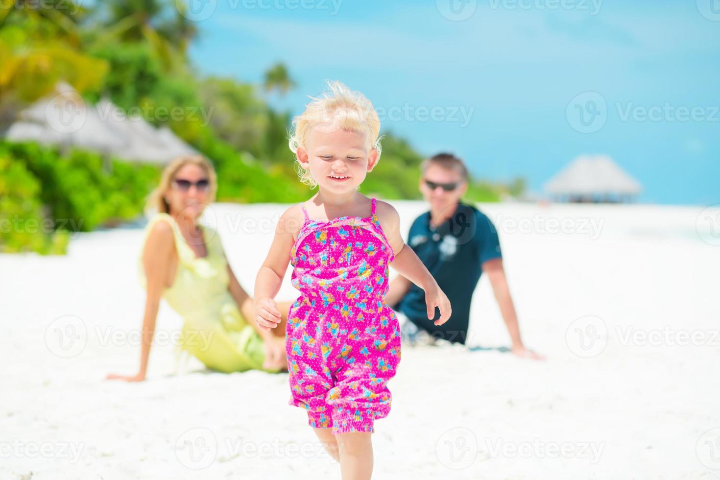 glückliche Familie, die tropischen Urlaub hat foto
