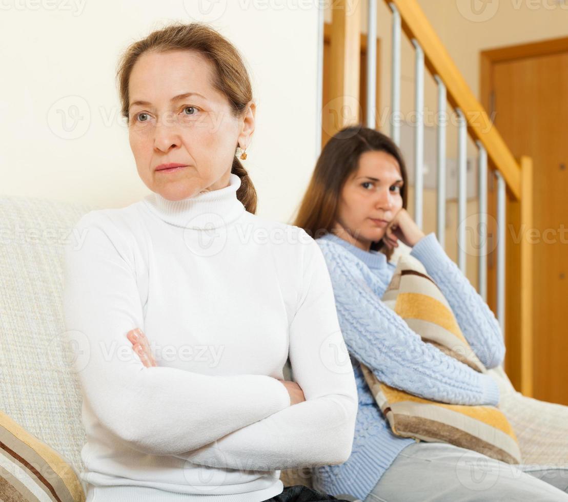 Mutter und Tochter nach dem Streit foto