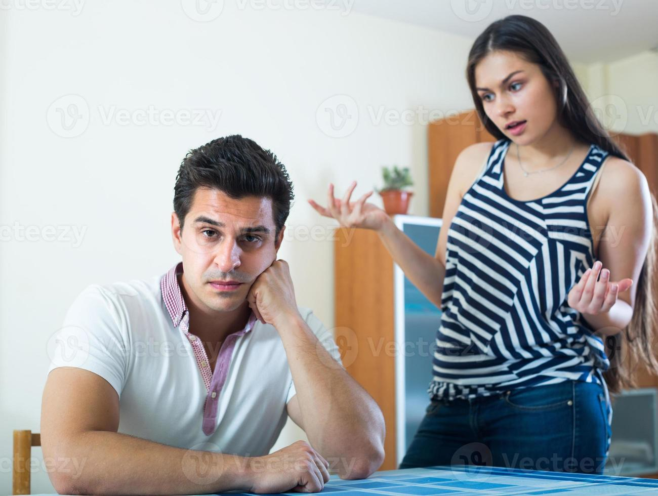 Konflikt in der jungen Familie zu Hause foto