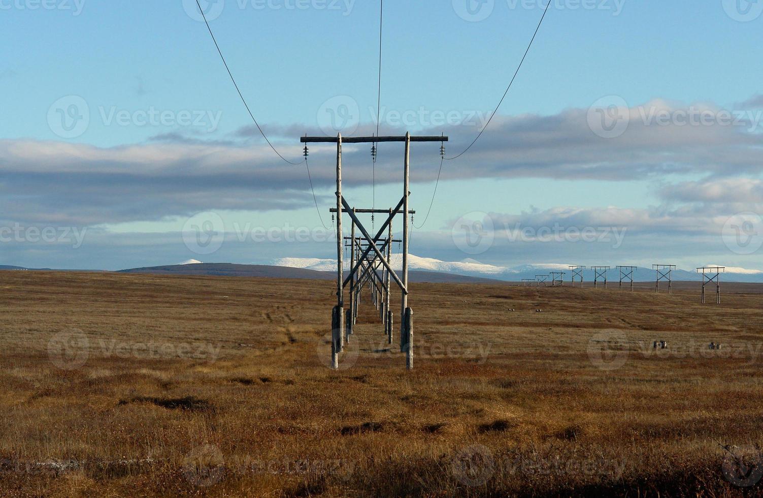Hochspannungsleitung in der Chukchi-Tundra. foto