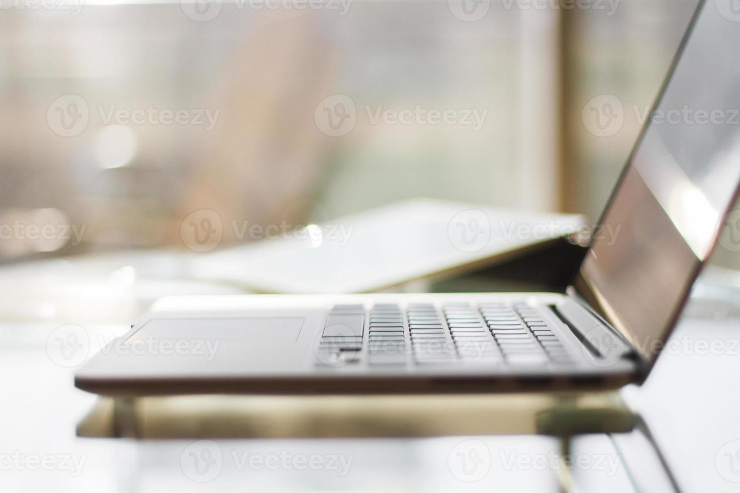 moderner Laptop bei Sonnenaufgang, geringe Schärfentiefe foto